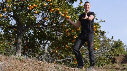 Uitnodigend gebaar om outdoor vakanties in Spanje op maat uit te beelden