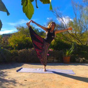 balans pose voor yoga & hiking retreat in Spanje