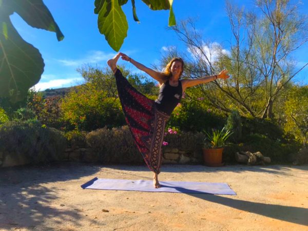 balans pose voor yoga & hiking retreat in Spain/Spanje
