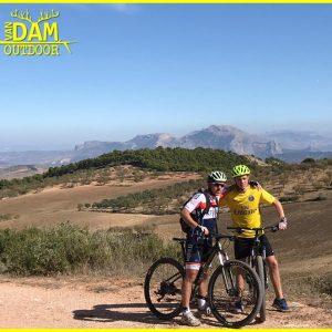 mountainbiken tijdens actieve gezinsvakantie / 1-oudervakantie in Spanje