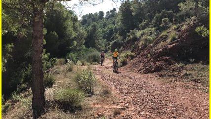 mountainbiken tijdens gezin / 1-oudervakantie in Spanje