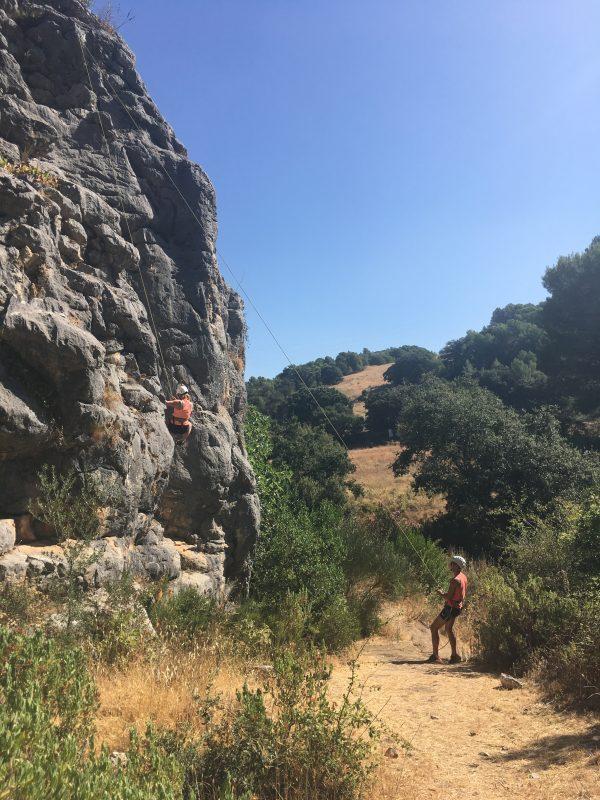 rots klimmen tijdens ouder kind vakantie in Spanje