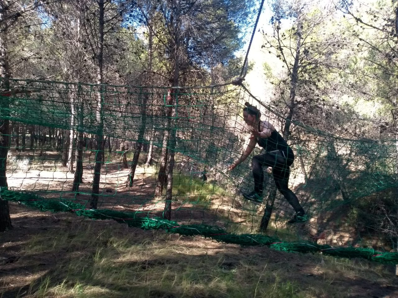 over het net tijdens survivalrun in Spanje