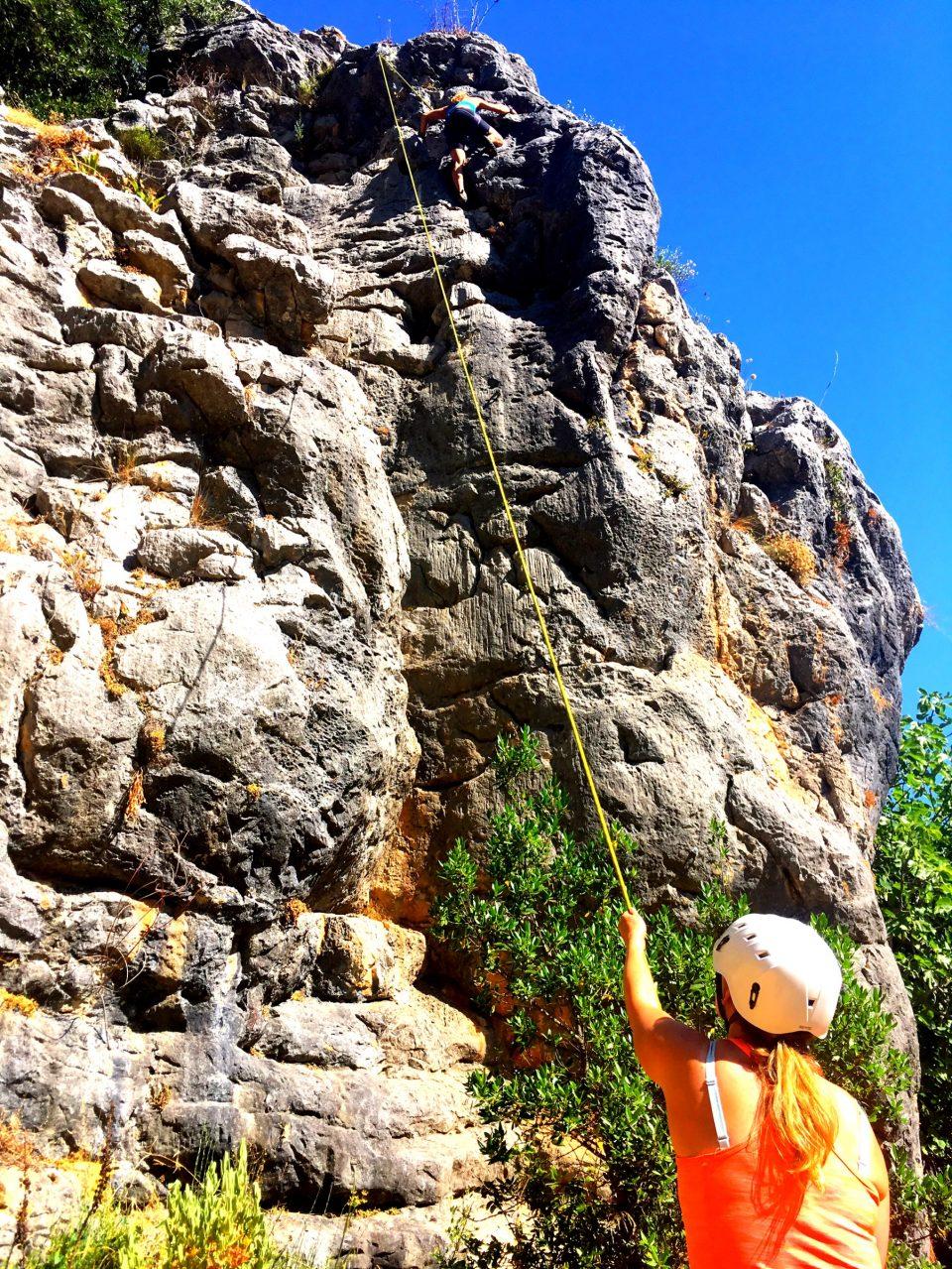 rots klimmen, activiteit tijdens jongerenvakantie in Spanje