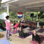 yoga tijdens outdoor en fitness vakantie in Spanje