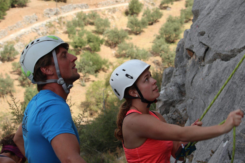 rotsklimmen tijdens actieve jongerenvakanties in Spanje