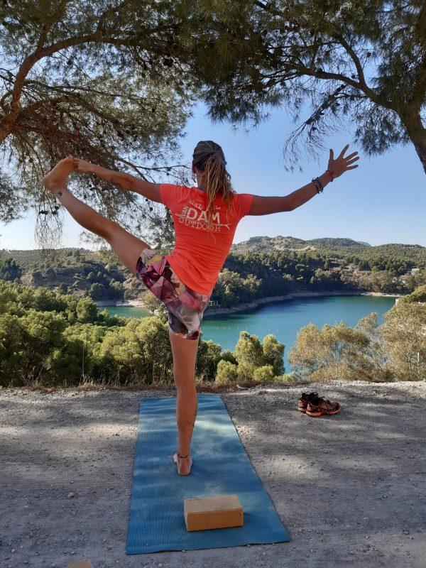 tree pose op yoga en actief outdoor
