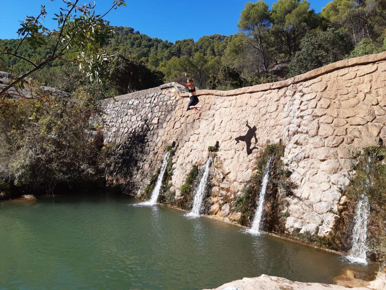 zwemmen tijdens outdoor week voor scholen, actieve jongerenvakantie