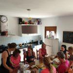 gezamenlijk koken tijdens nieuwjaar retreat, outdoor en fitness vakantie