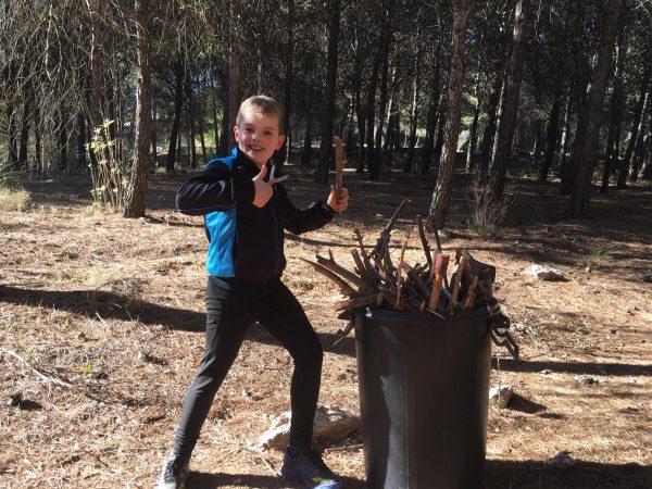houthakken tijdens actieve gezinsvakantie in Spanje
