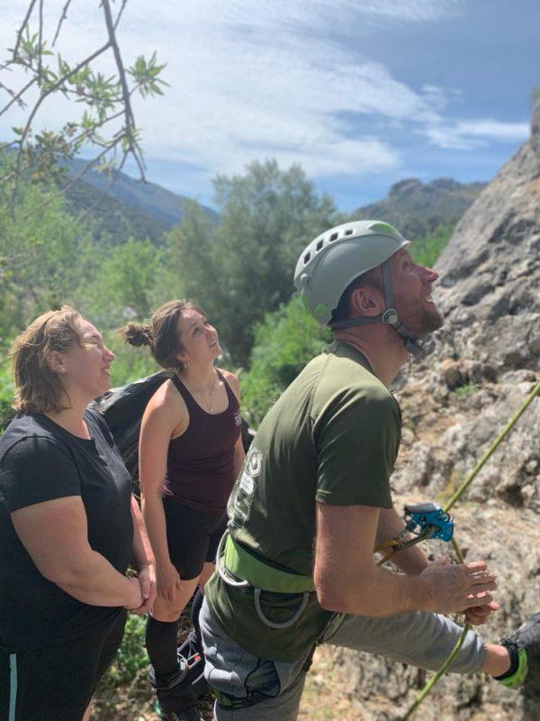 rots klimmen tijdens yoga en actief outdoorvakantie in Spanje