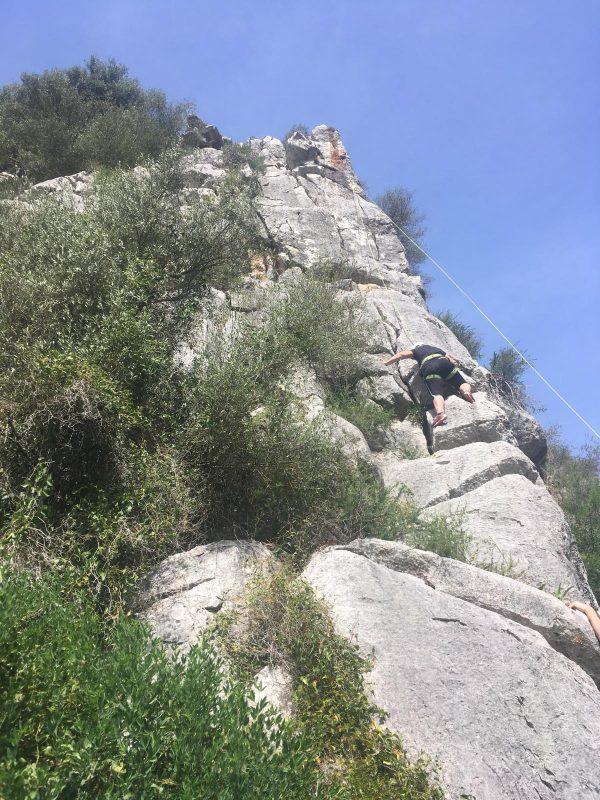 rots klimmen tijdens outdoorvakantie in Spanje